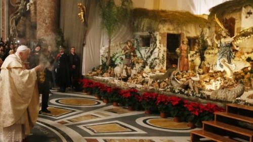 169-benoit-xvi-delivre-sa-benediction-lors-messe-minuit-a-basilique-saint-pierre-24-decembre-2012.jpg